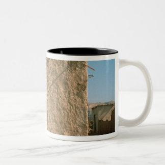 古いエリコの建物 ツートーンマグカップ