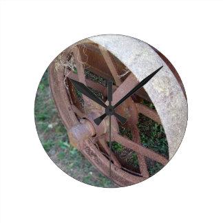 古いカートの錆ついた鉄の車輪 ラウンド壁時計