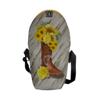 古いポーチの背景の女性のカーボーイの花束 クーリエバッグ