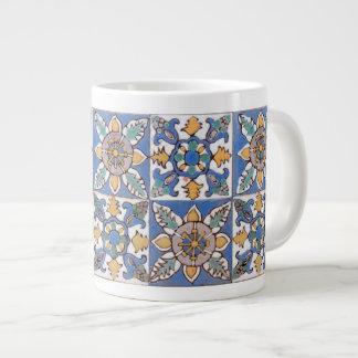 古いマジョリカの壁は手で絵を描かれるパターンをタイルを張ります ジャンボコーヒーマグカップ