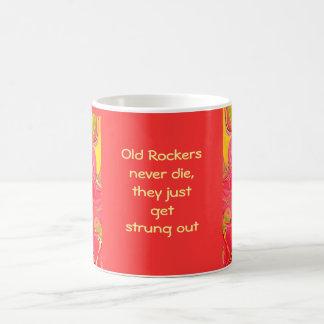 古いロッカーは決して死にません コーヒーマグカップ