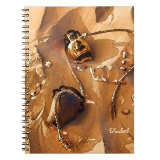 古いロープおよび貝殻のノートが付いているギリシャのアンフォラ ノートブック