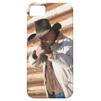 古い丸太を待機する彼の銃を向けているカウボーイ iPhone SE/5/5s ケース