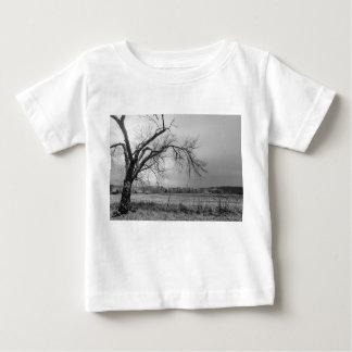 古い冬の木のグレースケール ベビーTシャツ