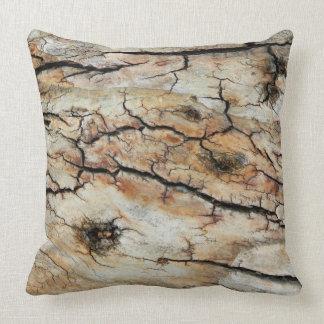 古い割れた木製の自然な樹皮の写真 クッション