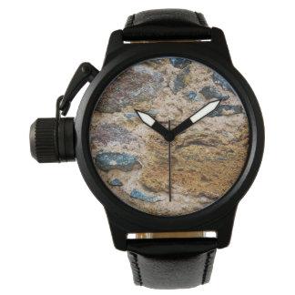 古い城の石、王冠の保護装置の黒の革 腕時計