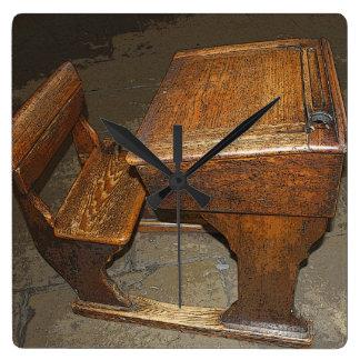 古い学校の机および椅子の柱時計 スクエア壁時計