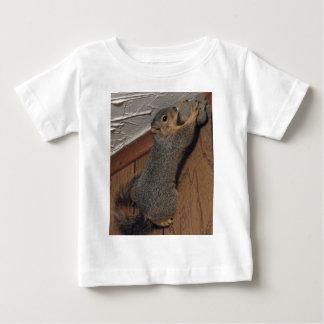 古い家のリス ベビーTシャツ