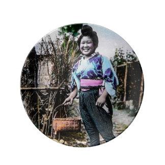 古い日本ヴィンテージの日本語の微笑の農場で働く女性 磁器プレート