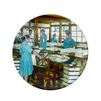 古い日本絹の工場の絹のより手 磁器プレート
