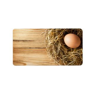 古い木のテーブルの干し草の巣の卵 ラベル