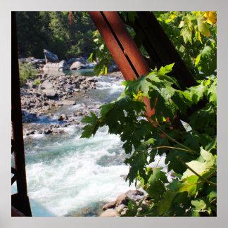 古い水圧管のパイプライン橋からのWenatcheeの川 ポスター