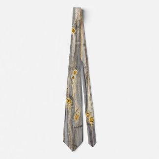 古い納屋のキャラクターが付いている木製パターン ネクタイ