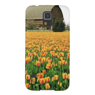 古い納屋の前の春のチューリップの開花 GALAXY S5 ケース