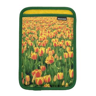 古い納屋の前の春のチューリップの開花 iPad MINIスリーブ