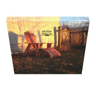 古い納屋素朴なCo.素朴なAdirondackの椅子の日没 キャンバスプリント
