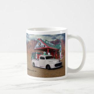 古い給油所の積み込み コーヒーマグカップ