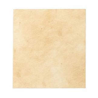 古い羊皮紙の背景によって汚されるまだらにされた一見 ノートパッド