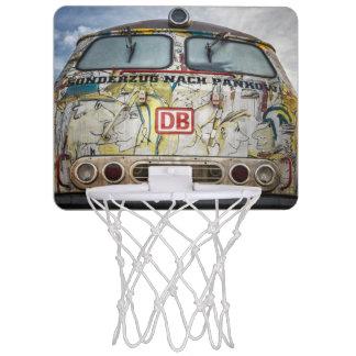 古い落書きのトラック ミニバスケットボールゴール