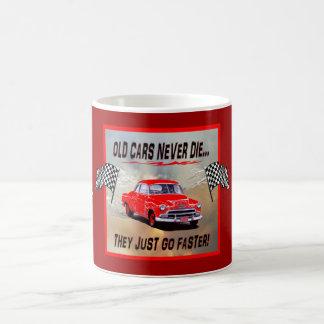 """""""古い車が付いているマグは決して死にません!"""" デザイン コーヒーマグカップ"""