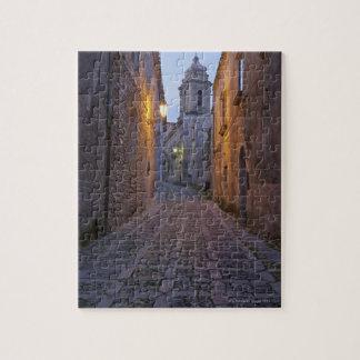 古い都市の玉石を敷かれた裏通りは夜につきました ジグソーパズル
