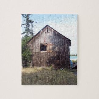 古い酪農場納屋を特色にする複雑な写真のパズル ジグソーパズル