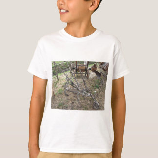 古い鉄のすきおよび他の農業用具 Tシャツ