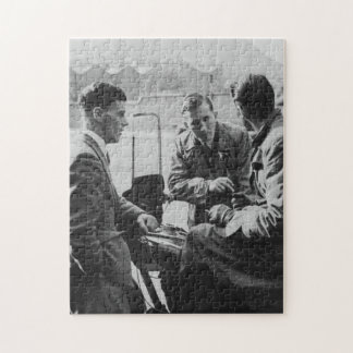 古い黒く及び白いイメージのジグソーパズルを雑談している人 ジグソーパズル