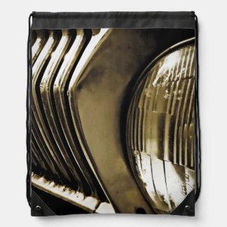 古くクラシックな車のヘッドライト ナップサック