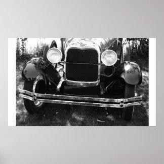 古くクラシックな車の前部分のグリル ポスター