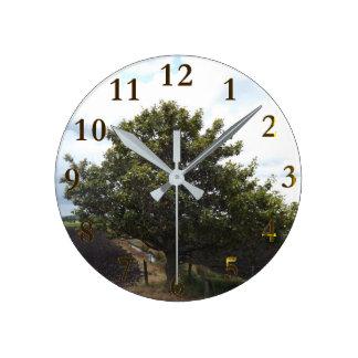 古く孤独な農場の木 ラウンド壁時計
