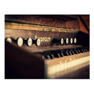 古く旧式なキーボードのピアノ鍵の楽器 ポストカード