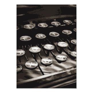 古く旧式なタイプライターは白黒を調整します カード