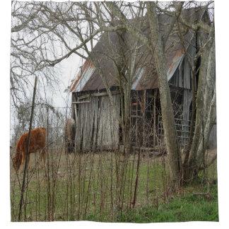 古く旧式な納屋 シャワーカーテン