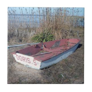 古く素朴な漕艇 タイル
