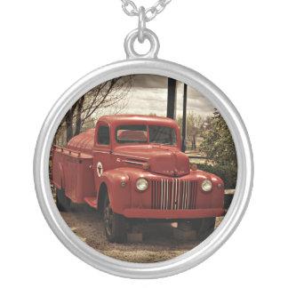古く赤い普通消防車のネックレス シルバープレートネックレス