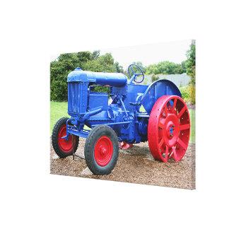 古く青及び赤いトラクター キャンバスプリント