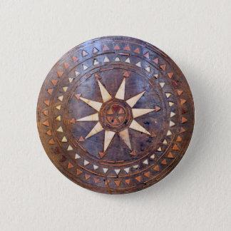 古代ギリシャ人の記号の切り分けられる木製の民族の太陽のモチーフ 5.7CM 丸型バッジ