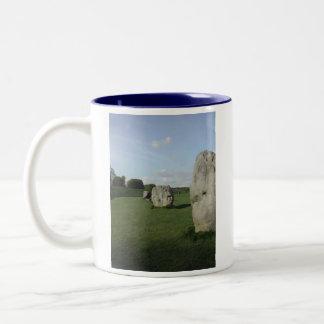古代石造りの円。 Avebury、ウィルトシャー、イギリス ツートーンマグカップ