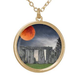古代Stonehenge及び神秘的で赤い満月 ゴールドプレートネックレス