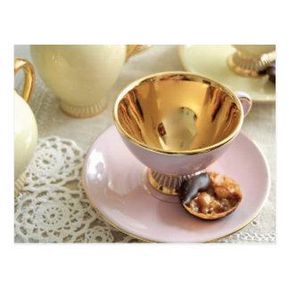 可憐なピンクおよび金ゴールドのコーヒーカップの郵便はがき ポストカード