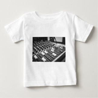 可聴周波白黒白黒コンサートコンソール ベビーTシャツ