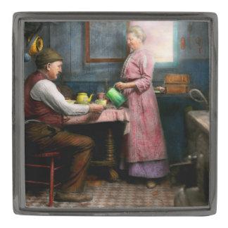 台所-朝のコーヒー1915年 ガンメタル ラペルピン