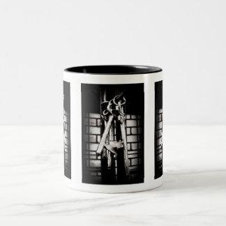 合い鍵およびレンガ壁 ツートーンマグカップ