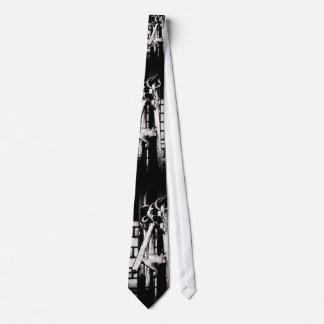 合い鍵およびレンガ壁 ネクタイ