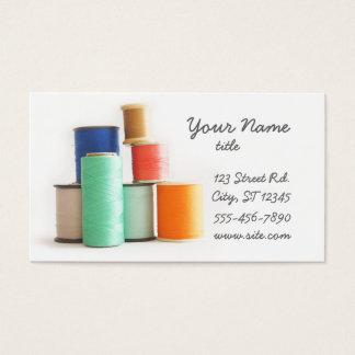 名刺を縫うか、または合わせます 名刺