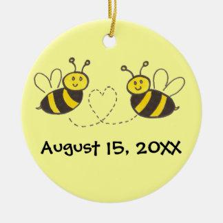名前および日付とのハートの蜂蜜の蜂 セラミックオーナメント