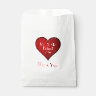 名前および結婚式の日付が付いているロマンチックな赤いハート フェイバーバッグ