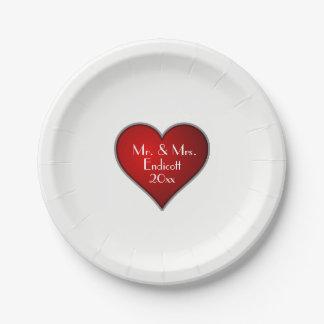 名前および結婚式の日付が付いているロマンチックな赤いハート ペーパープレート