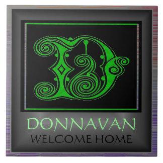 """名前および""""歓迎された家の""""タイルが付いているDのモノグラム タイル"""